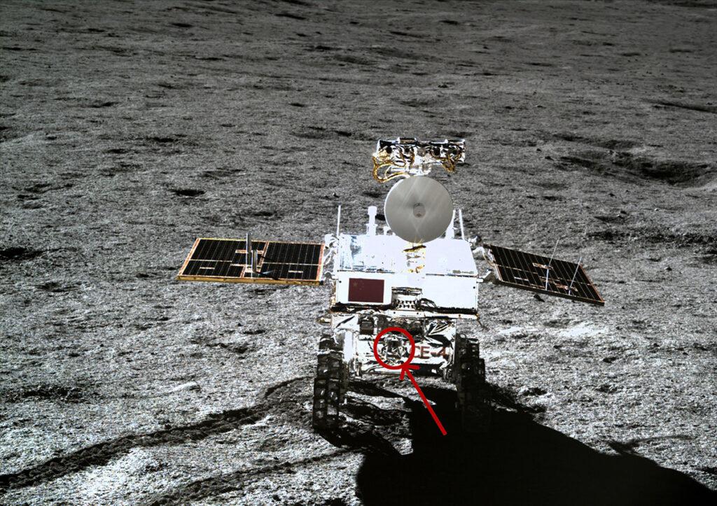Strövaren Yutu-2 på månens yta. Bilden är tagen från landaren. Den röda cirkeln visar var ASAN-instrumentet sitter monterat. Bild: CNSA/CLEP; Foto på ASAN: Bild: M. Wieser, IRF